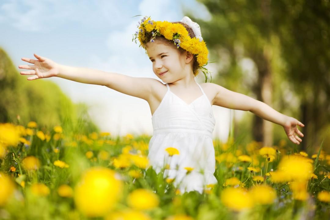 Kind in Blumenwiese